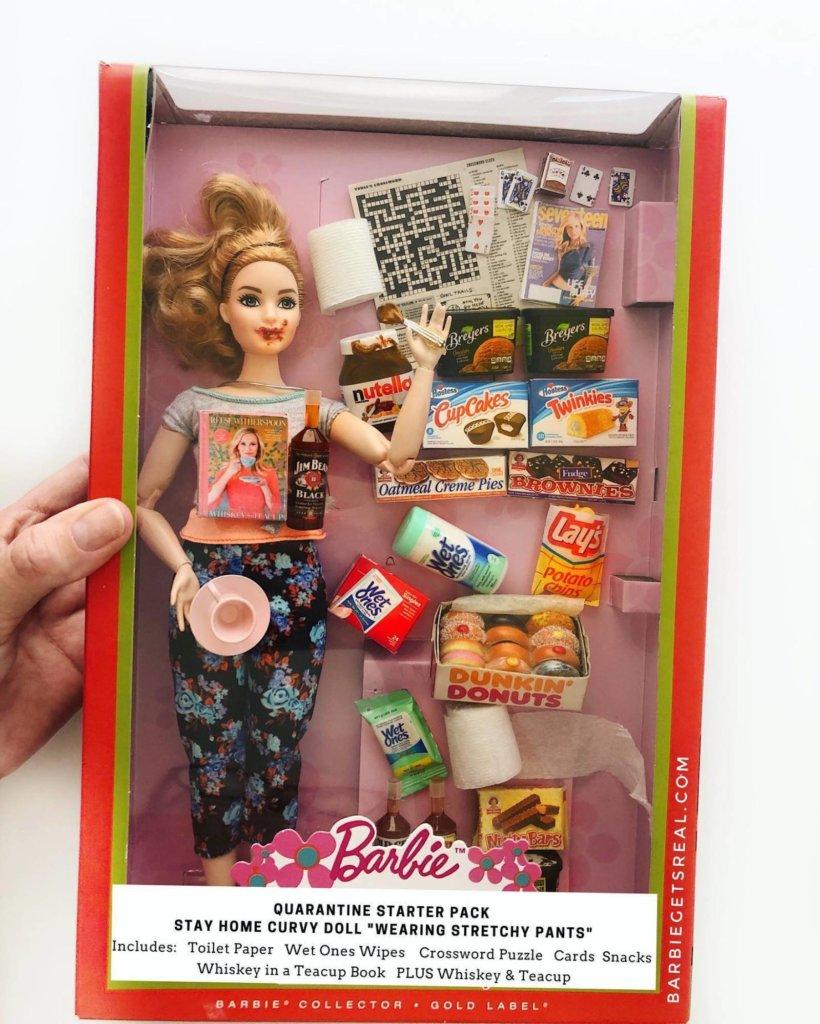 La barbie confinées, en pyjama qui mange du nutella