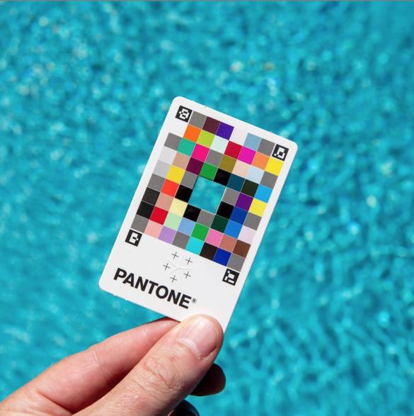 La société Pantone lance une application accompagnée d'une carte pour déterminer le code couleur Pantone de n'importe quel objet.
