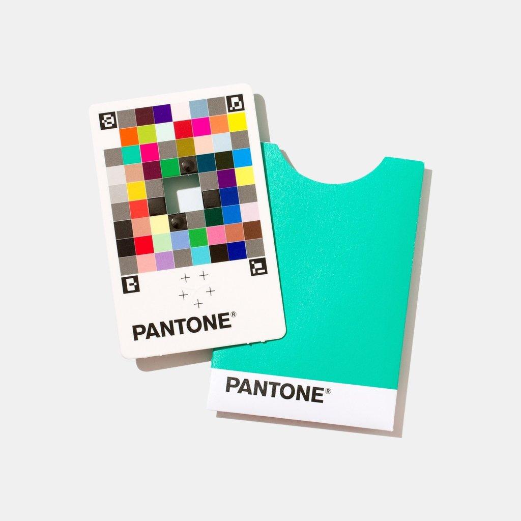 une carte aussi petite qu'une carte bleue pour trouver la couleur Pantone