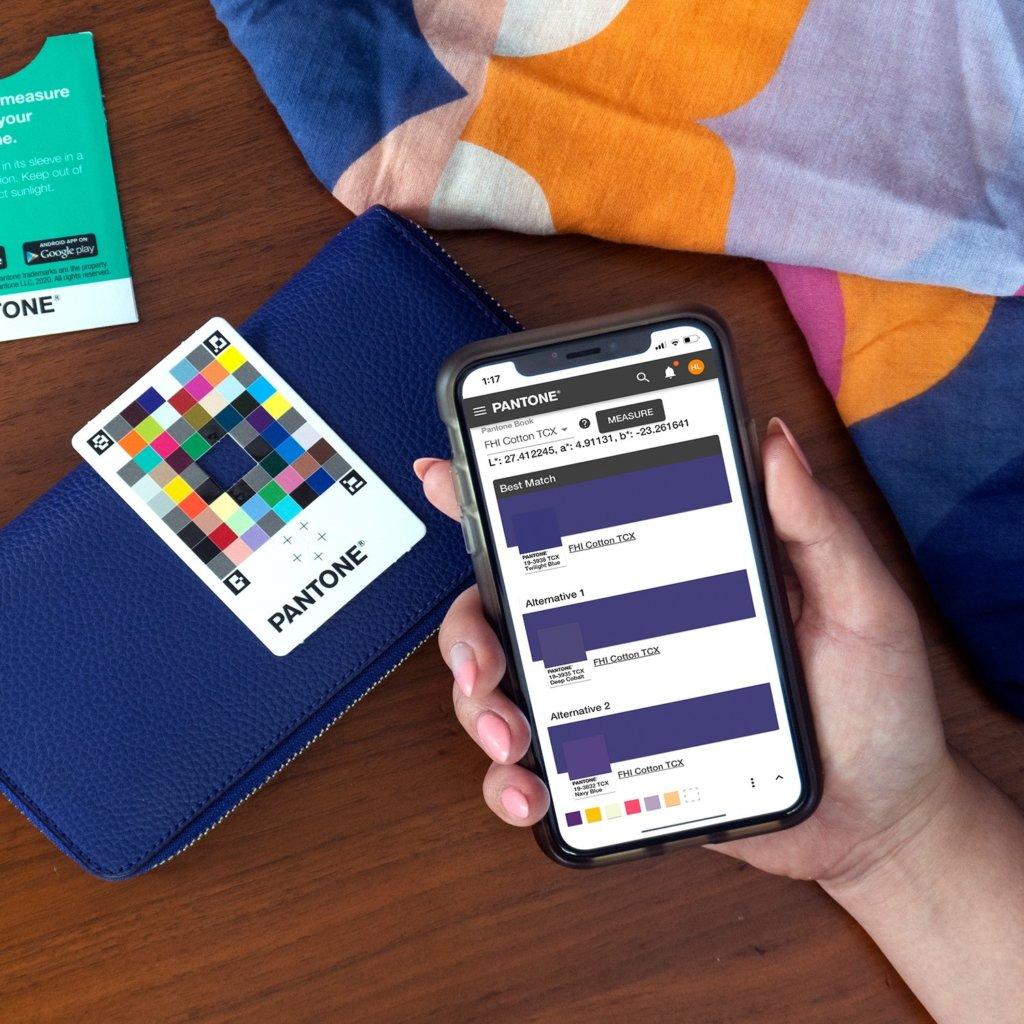 Pour l'utiliser, il suffit de télécharger l'application associée et de prendre en photo la carte en la superposant sur l'objet concerné.