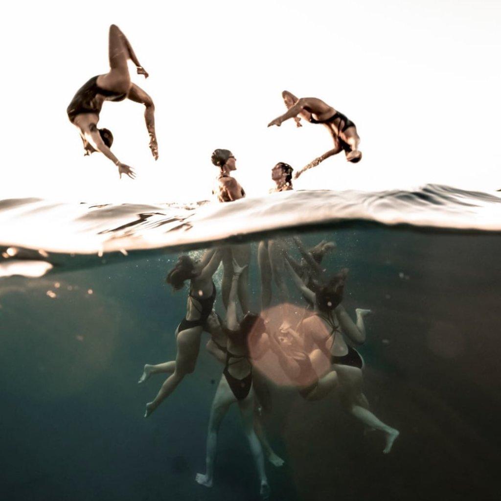 Virginie Dedieu et 9 autres nageuses effectuent des figures sous l'eau