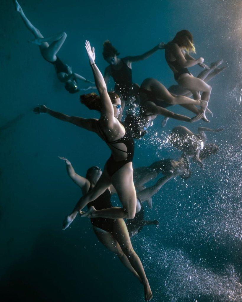 telle une danse subaquatique les nageuses effectuent des figures