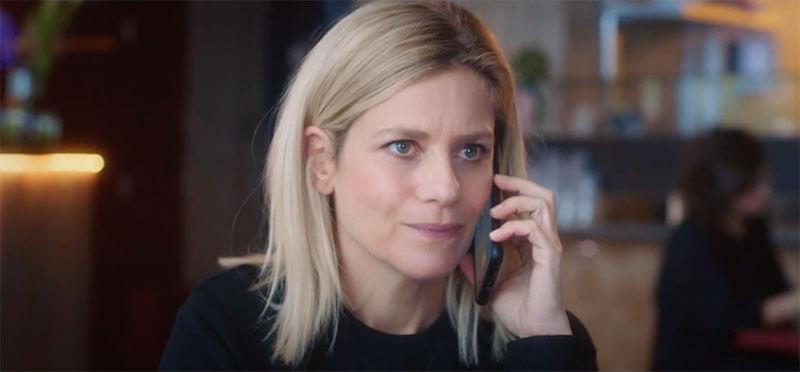 Kad Merad appelle donc son amie, qui se trouve être Marina Foïs pour récupérer ses codes MyCanal. Mais ce n'est pas son compte non plus