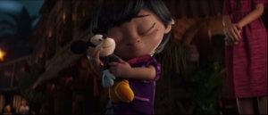 On y découvre Lola, une petite fille qui reçoit en cadeau par son papa une peluche Mickey en 1940.