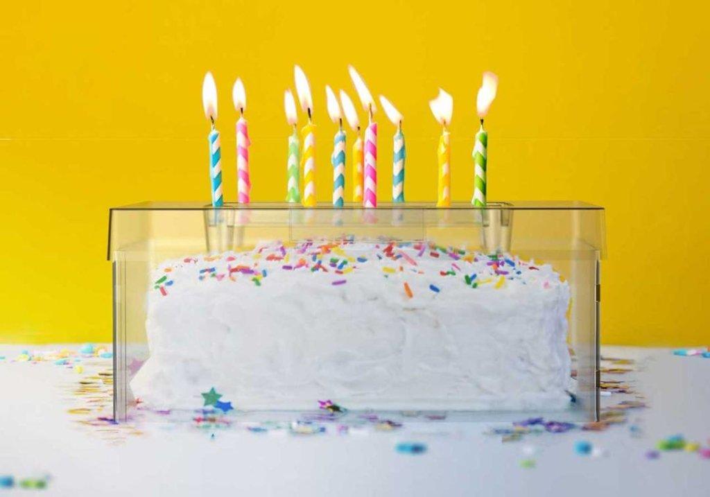 Billy Kay vient d'inventer le Top It Cake Shield, une boîte transparente qui protège le gâteau mais laisse dépasser les bougies !