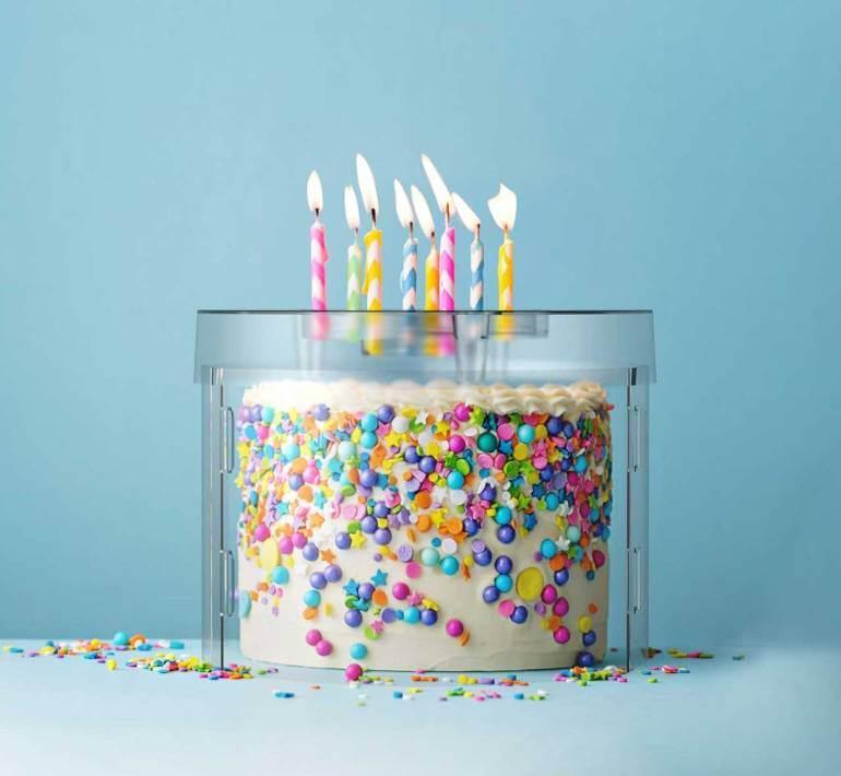 Un dentiste américain a inventé le Top It Cake Shield, une boîte transparente permettant de souffler ses bougies sans projeter de bactéries sur le gâteau.