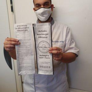 Pour rendre service à ses clients, Teddy Rousselot, propriétaire de la boulangerie Saint-Fiacre à Avon a eu l'idée de faire imprimer cette attestation sur ces sacs à baguettes.