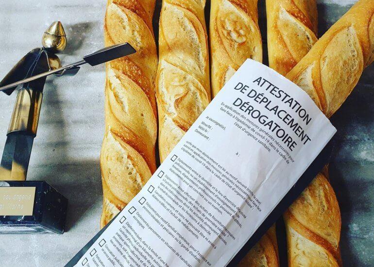 Un boulanger d'Avon a fait preuve d'imagination en imprimant des attestations de déplacement sur ces sacs à baguettes.