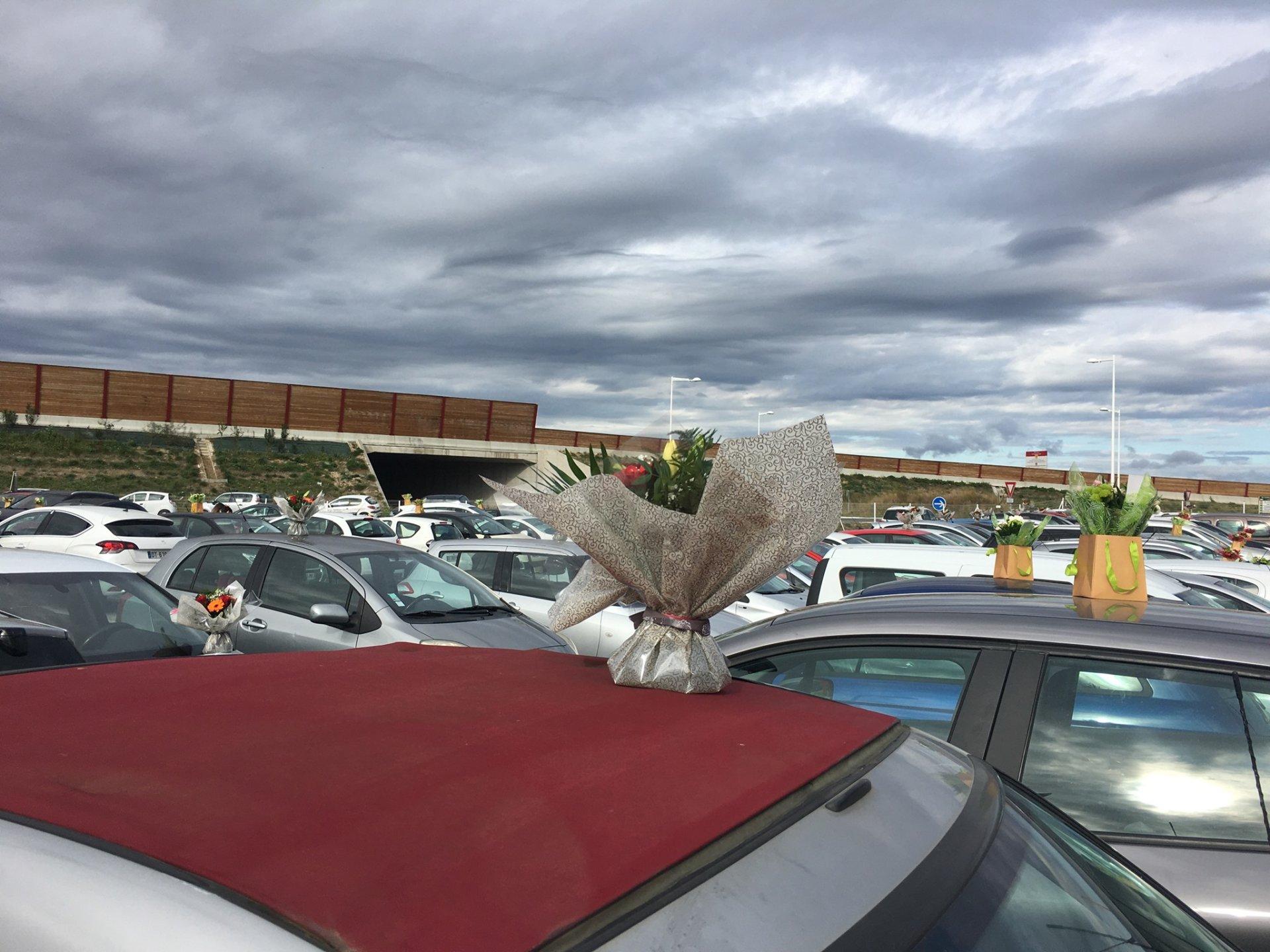Plutôt que de jeter son stock de fleurs, une fleuriste a une l'idée de fleurir les voitures des soignants de l'hôpital de Perpignan.