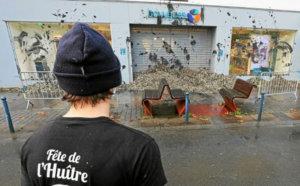 Les ostréiculteurs en colère se sont rendu devant une vitrine à Lorient, pour déverser des coquilles d'huîtres devant la boutique et jeter des algues.