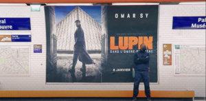 Ni vu, ni connu, ni reconnu, il a eu le temps de coller l'affiche promotionnelle de la série à la station Palais-Royal – Musée du Louvre et même de se faire aider sans que personne ne le remarque vraiment.