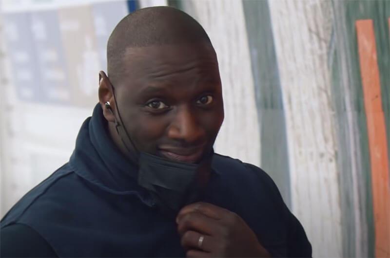 """Pour faire la promotion de la nouvelle série Netflix """"Lupin, dans la peau d'Arsène"""" dans laquelle il interprète le rôle principal, Omar Sy s'est glissé dans la peau d'un colleur d'affiches de façon totalement incognito dans le métro parisien."""