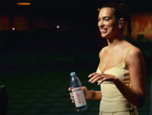 La chanteuse Dua Lipa interprète son tube Levitating sans artifices pour la dernière publicité d'Evian et c'est sublime.